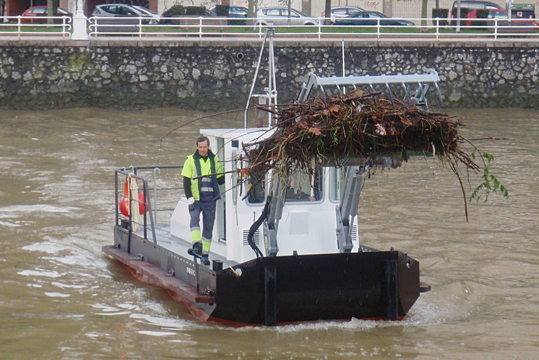 Trash skimmer boat, litter collection boat, marine debris recovery boat