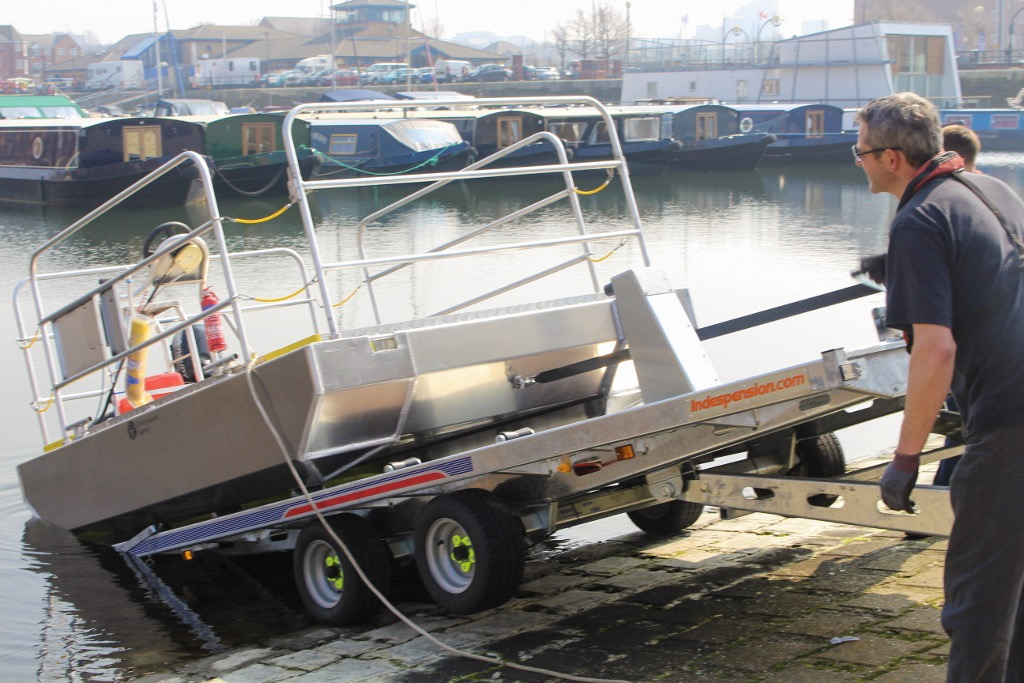 Self propelled aluminium pontoon boat