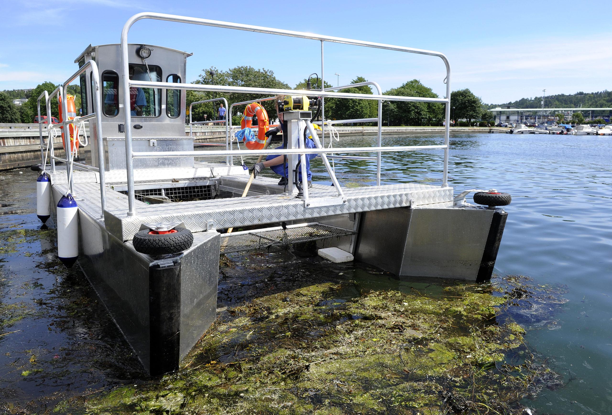 Weed harvester boat trash skimmer boat
