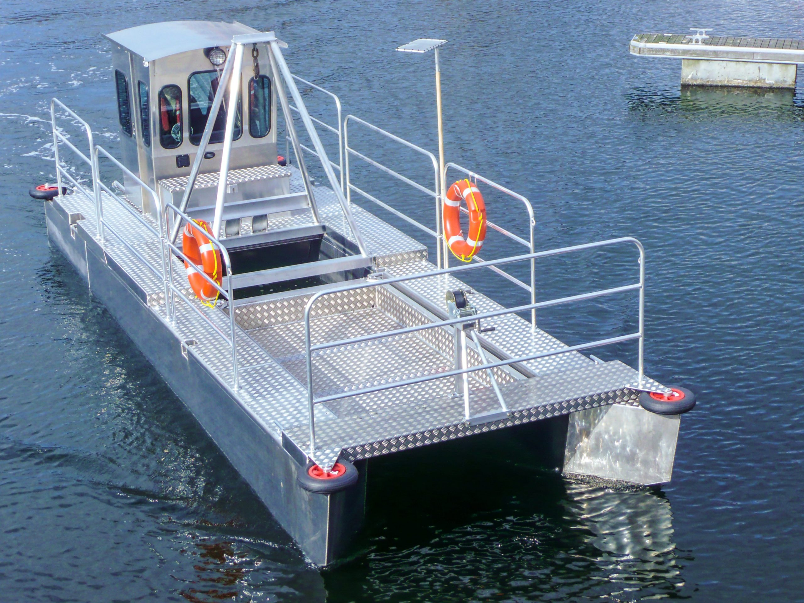 Aluminium work boat with lifting A frame trash skimmer boat and harbour maintenance boat